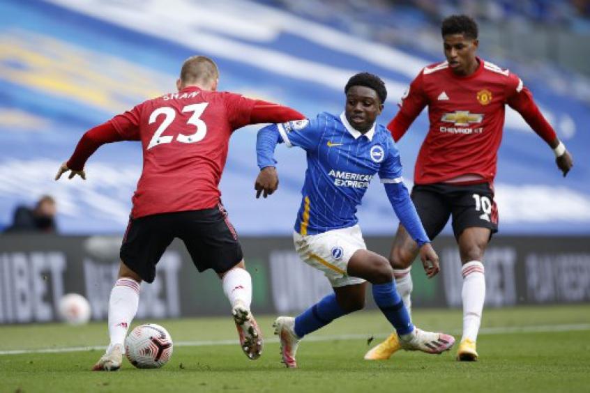 Crédito: Tariq Lamptey (centro em ação pelo Brighton contra o Manchester United (AFP)