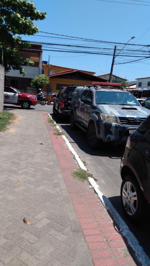 Prédio é evacuado durante atendimento de ocorrência pela Polícia Militar, na Serra
