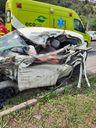 A identidade do motorista não foi revelada; carro ficou destruído após colisão