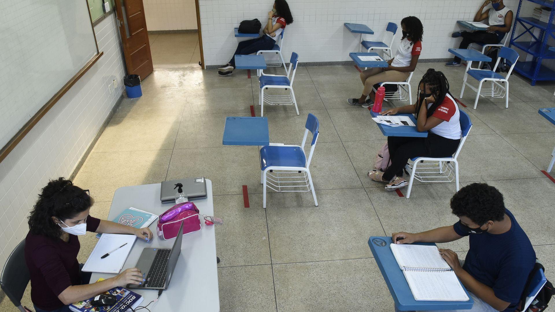Presença dos estudantes não é obrigatória, mas quem vai precisa se manter distante do outro