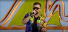 O cantor Xand Avião no clipe