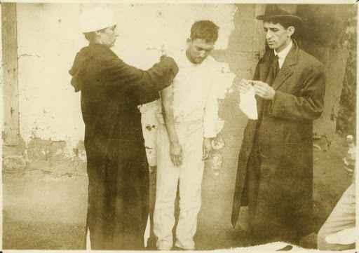 Homem com gripe espanhola é socorrido no Morro da Mangueira, Rio de Janeiro, em 1918