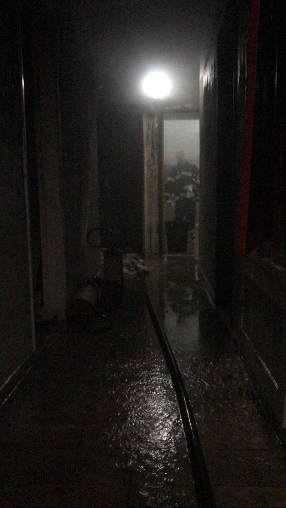 Vista do corredor do apartamento consumido pelas chamas