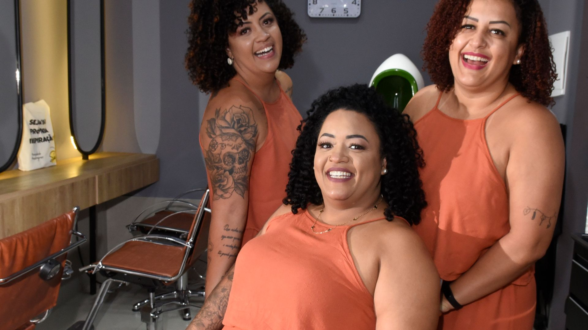 Clarissa Rody (D), 38 anos, empresária e sócia das irmãs Andressa e Lorena Rodydo no salão Spa dos Cachos, em Santo Antônio, Vitória.