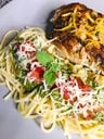 Espaguete com pesto e tomate acompanha badejo no Oriundi