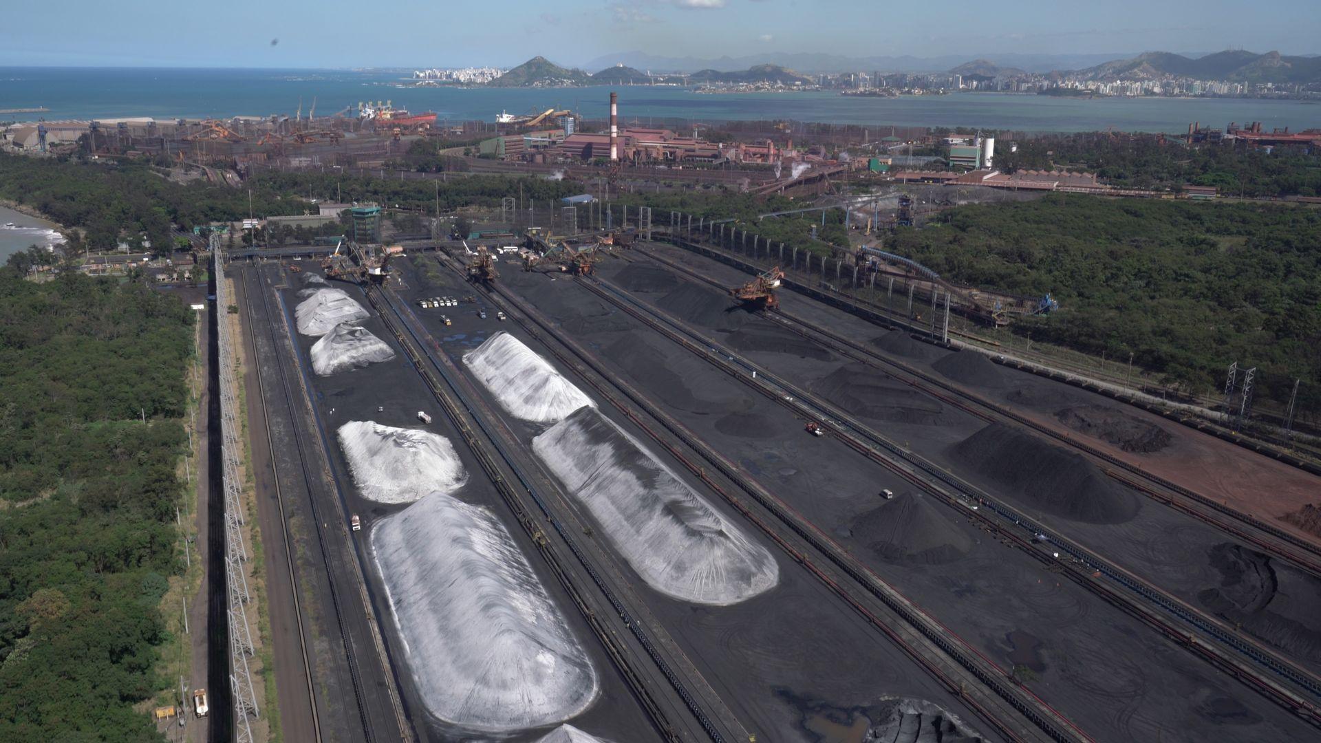 Pátio de minério de ferro da Vale no Complexo de Tubarão: empresa estuda produzir um novo produto a partir desse material