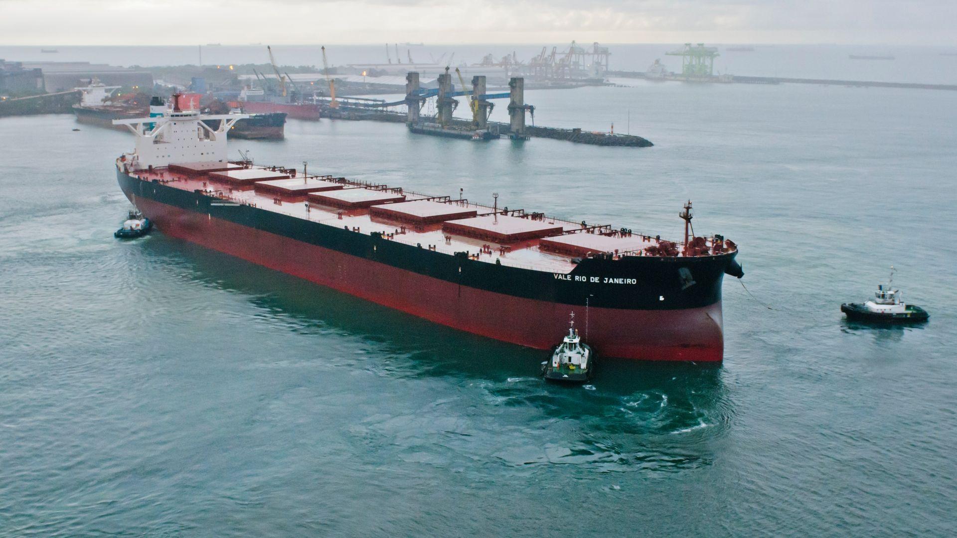 Porto de Tubarão recebendo a embarcação Rio de Janeiro, uma das maiores classes de navios mineraleiros do mundo.