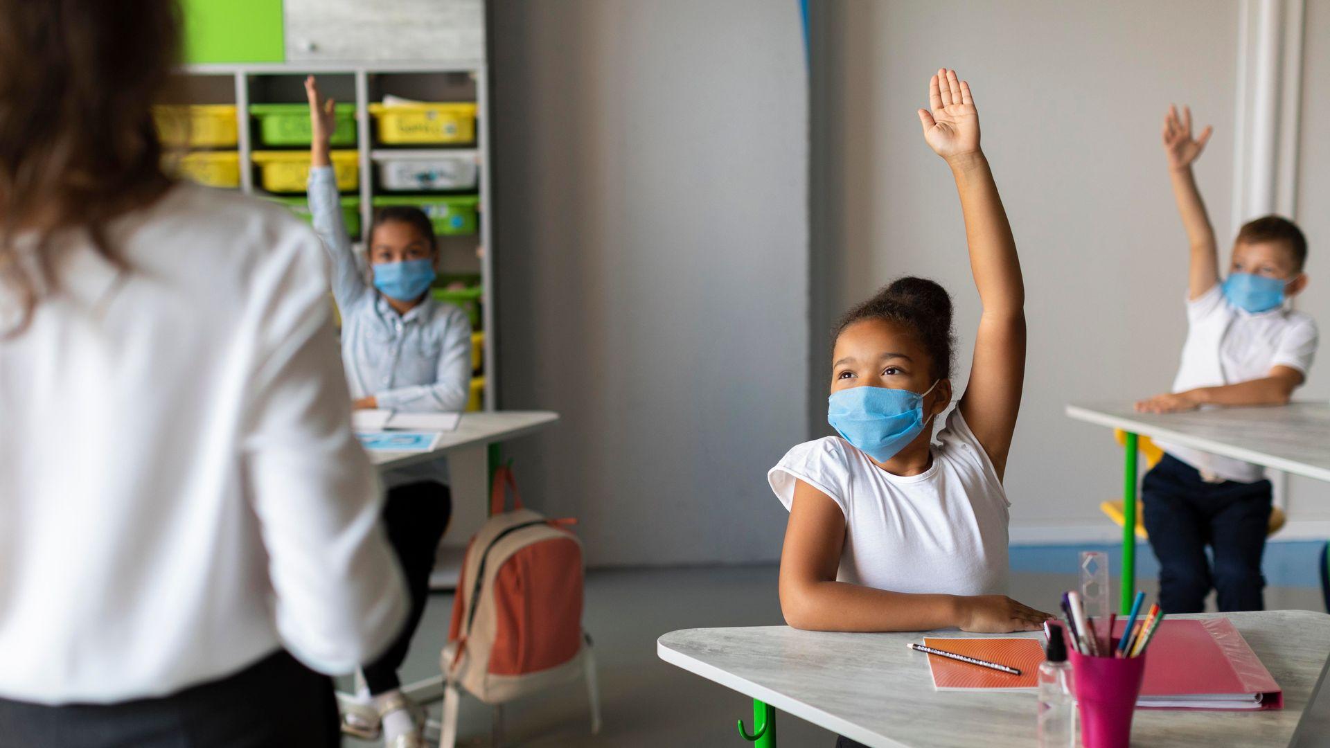 Novo protocolos exigem que alunos e professores fiquem de máscara e mantenham distanciamento
