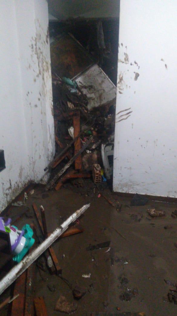 Lama que desceu do morro ficou espalhada pelo apartamento