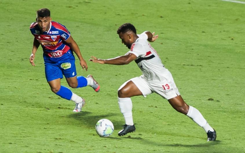 Crédito: Disputa de bola entre São Paulo e Fortaleza, no Morumbi (Fotos: Rubens Chiri / saopaulofc.net