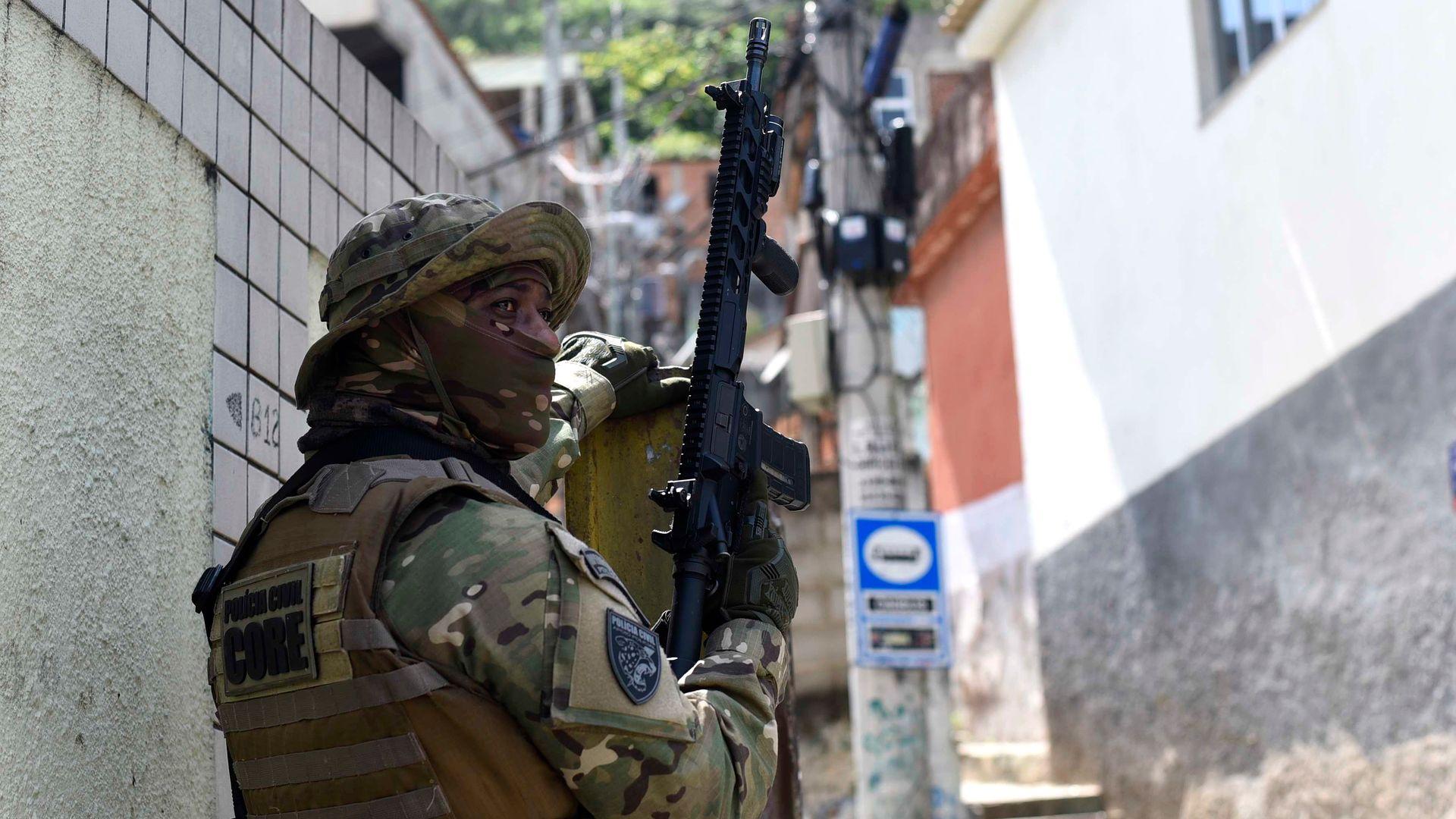 Policial durante operação para prender suspeitos e drogas no Bairro da Penha, em Vitória