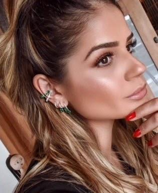 A influencer Tássia Naves também é adepta o visagismo de orelha