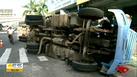 Caminhão tombou próximo ao Terminal de São Torquato por volta das 5h desta segunda-feira (27)