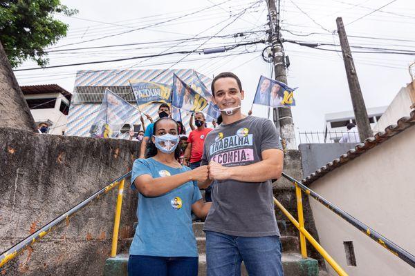 Candidatos usando máscara transparente durante campanha