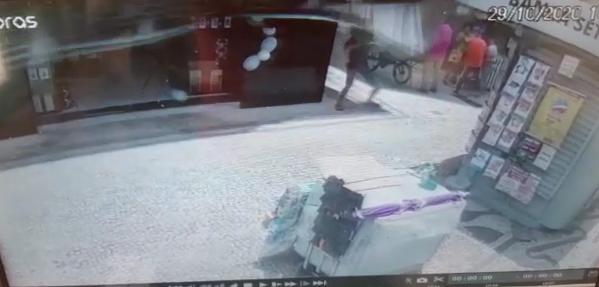 Vídeo mostra momento em que marquise desabe e atinge camelô na Praça Oito, em Vitória