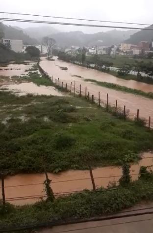 Água da chuva alagou comunidades em Vargem Alta