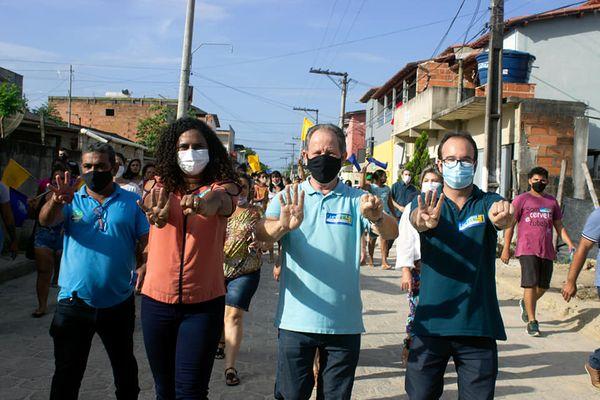 Vice-governadora Jaqueline Moraes (PSB), em caminhada com o candidato a prefeito em Jaguaré, Luciano Laquini (PSB)