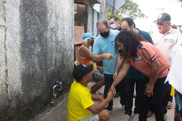 Vice-governadora Jaqueline Moraes (PSB), ficou sem máscara em caminhada com o candidato a prefeito em Jaguaré, Luciano Laquini (PSB)