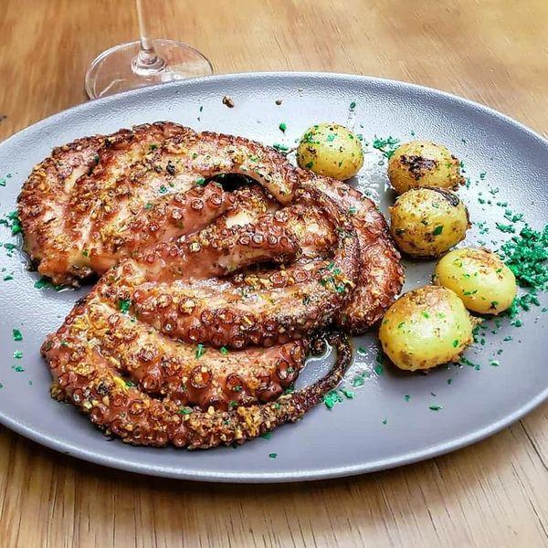 Χταπόδι με πατάτες από το εστιατόριο Wine Garden στη Βιτόρια