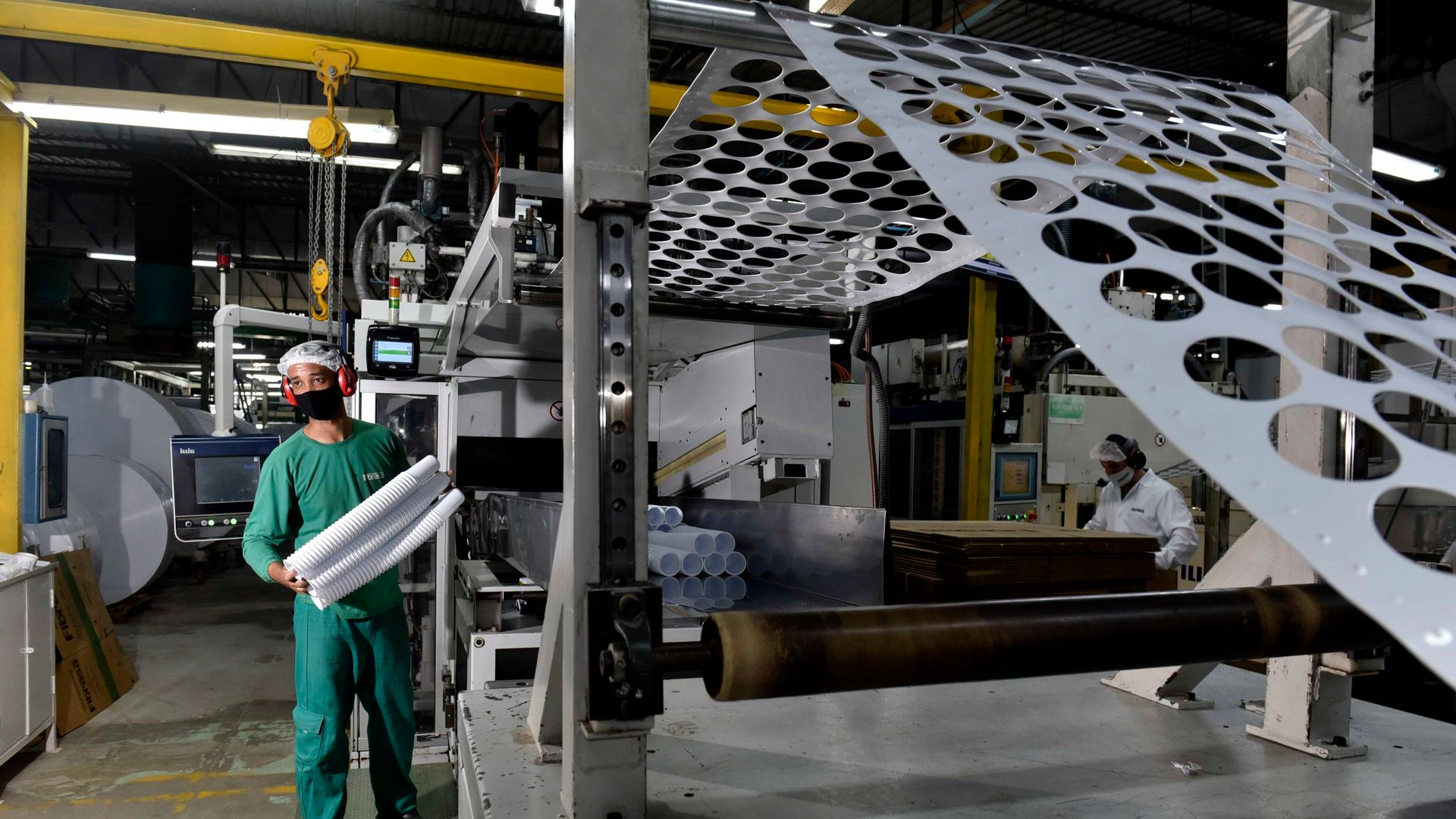 Linha de produção da Fibrasa, indústria de embalagens na Serra que tem visto a demanda crescer nos últimos meses