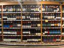 Prateleira com vinhos chilenos à venda no supermercado Carone