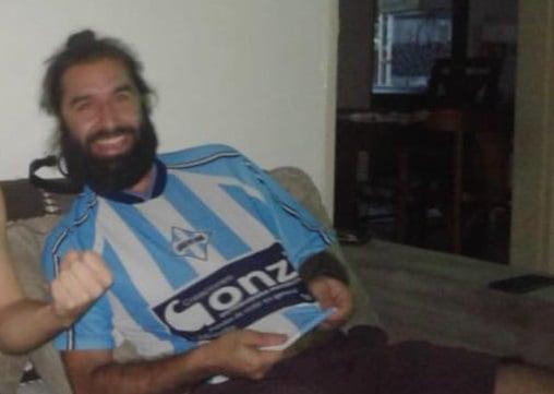 Emilio com a camisa de um time argentino