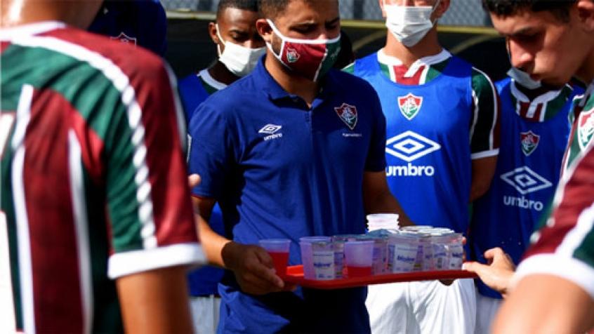 Crédito: 'Os copos são mais higiênicos, além de termos todo um processo que cerca essa medida antes de os atletas terem acesso ', diz coordenador médico do Tricolor (Mailson Santana - Fluminense F.C.