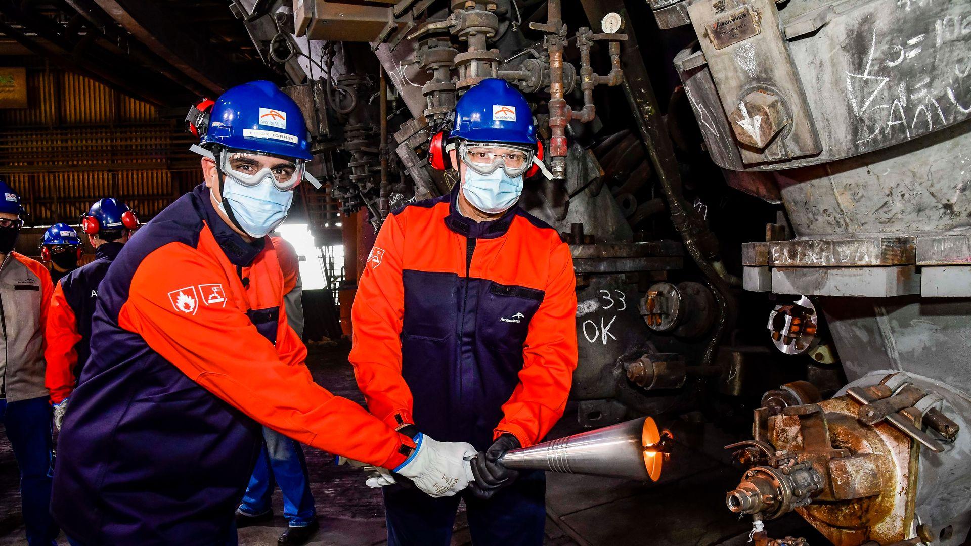 Funcionários da ArcelorMittal Tubarão trabalhando na produção de aço