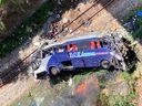 Ônibus caiu sobre a Estrada de Ferro Vitória a Minas, na BR 381, em João Monlevade (MG), nesta sexta (4)