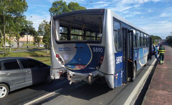 Linhares: Acidente entre ônibus e carreta