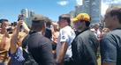 O presidente Jair Bolsonaro causa aglomeração em Praia Grande, SP