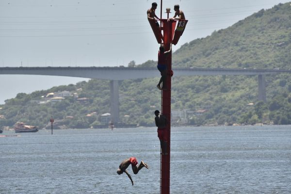 Os jovens se revezaram nos saltos na manhã desta sexta-feira (08) xakptz09una