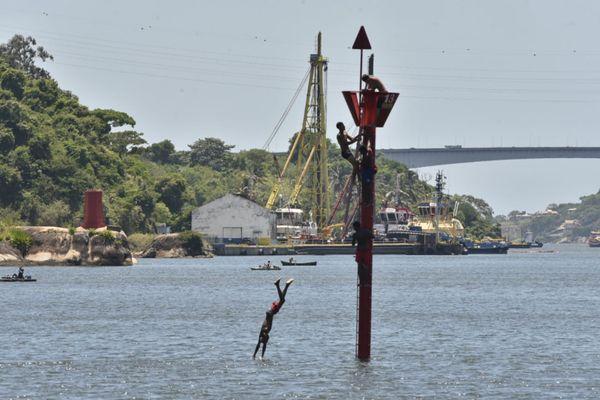 Sem medo de ser feliz, jovem pula da boia no mar da Baía de Vitória o1aegb