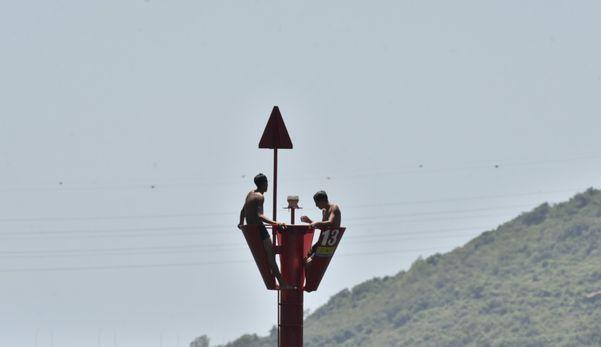 A boia próxima ao Centro da Capital foi o local que os jovens encontraram para se refrescar do calor intenso 7r9sw