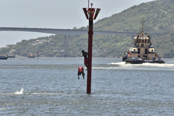 Os garotos escalaram a estrutura para saltarem na água fnsa8h5ovgg