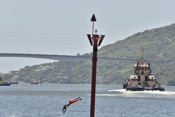 A boia ganhou uma outra função além de delimitar o espaço para navegação dos navios pkv61l5l