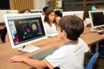 Aluno Primeiro Mundo em sala de aula com computador