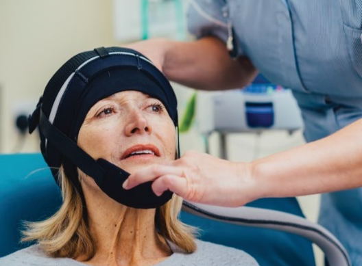 Touca térmica é utilizada durante a quimioterapia.