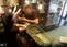 Câmeras de segurança da loja flagraram a ação do 'falso cliente' . Crédito: Reprodução/Videomonitoramento