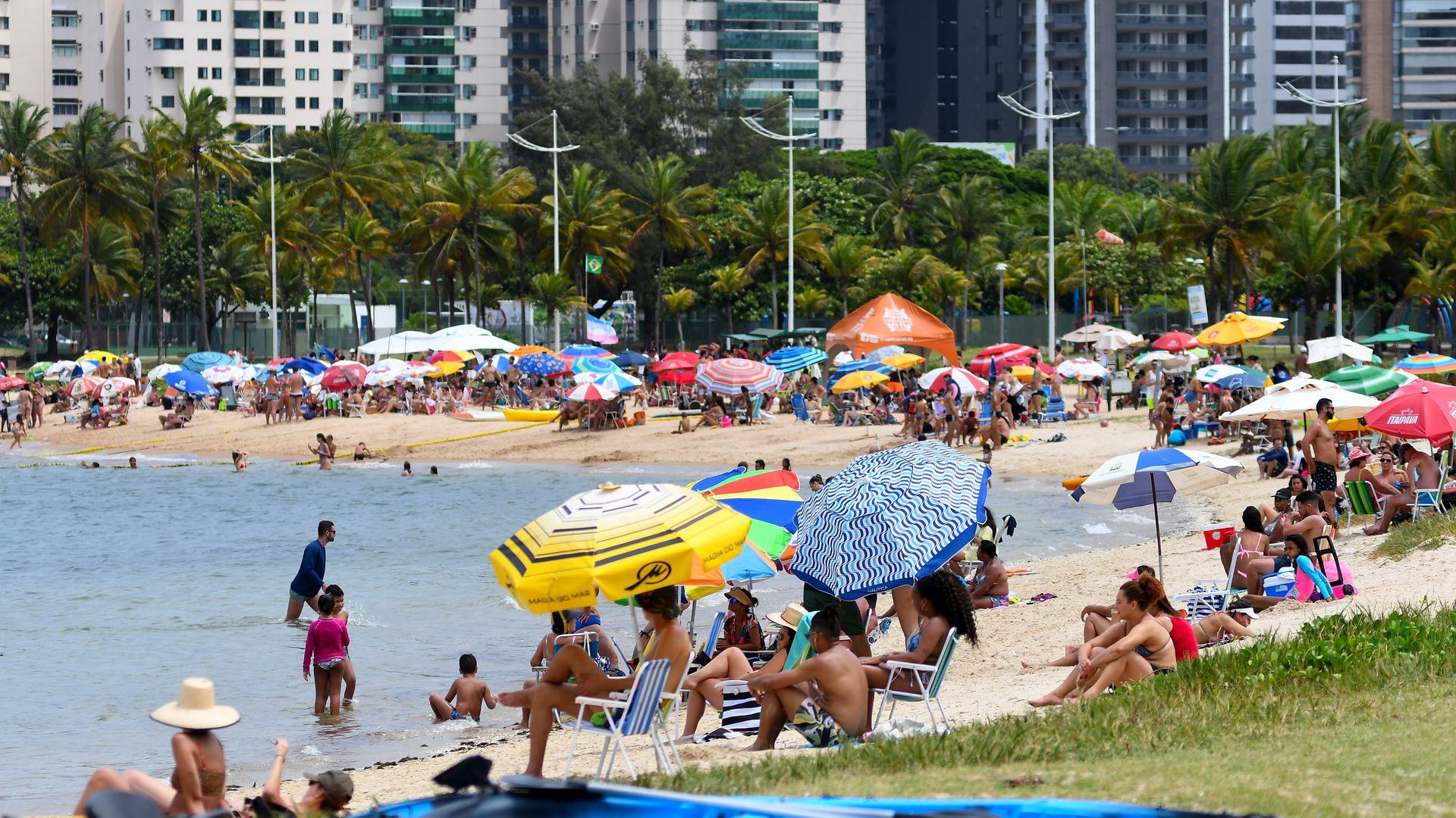 Segunda-feira de carnaval com tempo nublado e praias cheias