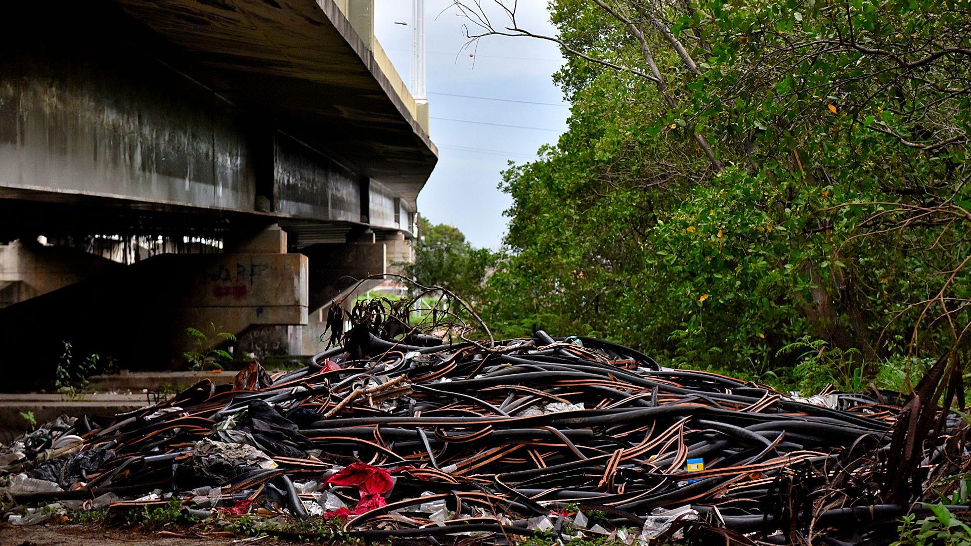 Criminosos usam área debaixo da Ponte da Passagem e manguezal para descartar resíduos oriundos dos furtos de fios de cobre na região da Ufes