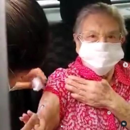 Aos 89 anos, Palmirinha é vacinada contra a Covid-19: