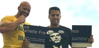 Deputado federal Daniel Silveira e deputado estadual Rodrigo Amorim (PSL-RJ) quebram placa em homenagem à vereadora Marielle Franco