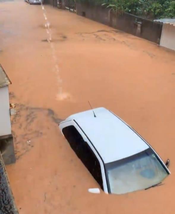 Chuva alagada ruas em Cachoeiro de Itapemirim