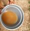 Moradores de Manguinhos reclamam da água com coloração escura que chega nas torneiras do balneário.. Crédito: Leitor/ A Gazeta