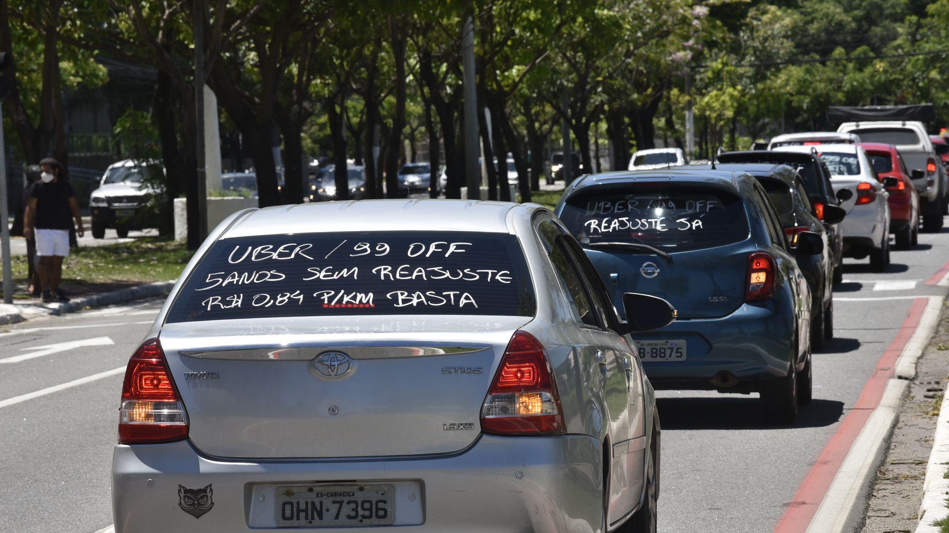 Motoristas de aplicativos fazem protesto pedindo reajuste nas tarifas, em Vitória