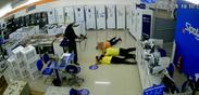 Imagem mostra um dos assaltantes armado com uma submetralhadora durante assalto a loja na Vila Rubim, em Vitória