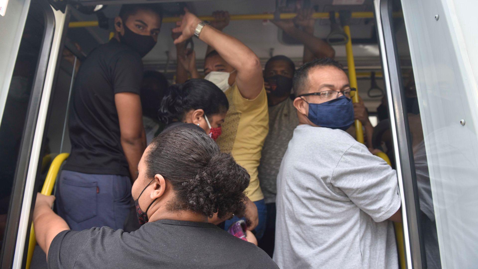 08/03/2021 - Pessoas esperando ônibus no Bairro Grande Vitória, em Vitória