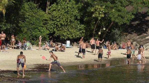 Soube que estão avaliando a conveniência de interditar as praias por uns dias. Espero que as restrições se limitem às aglomerações, onde quer que elas aconteçam
