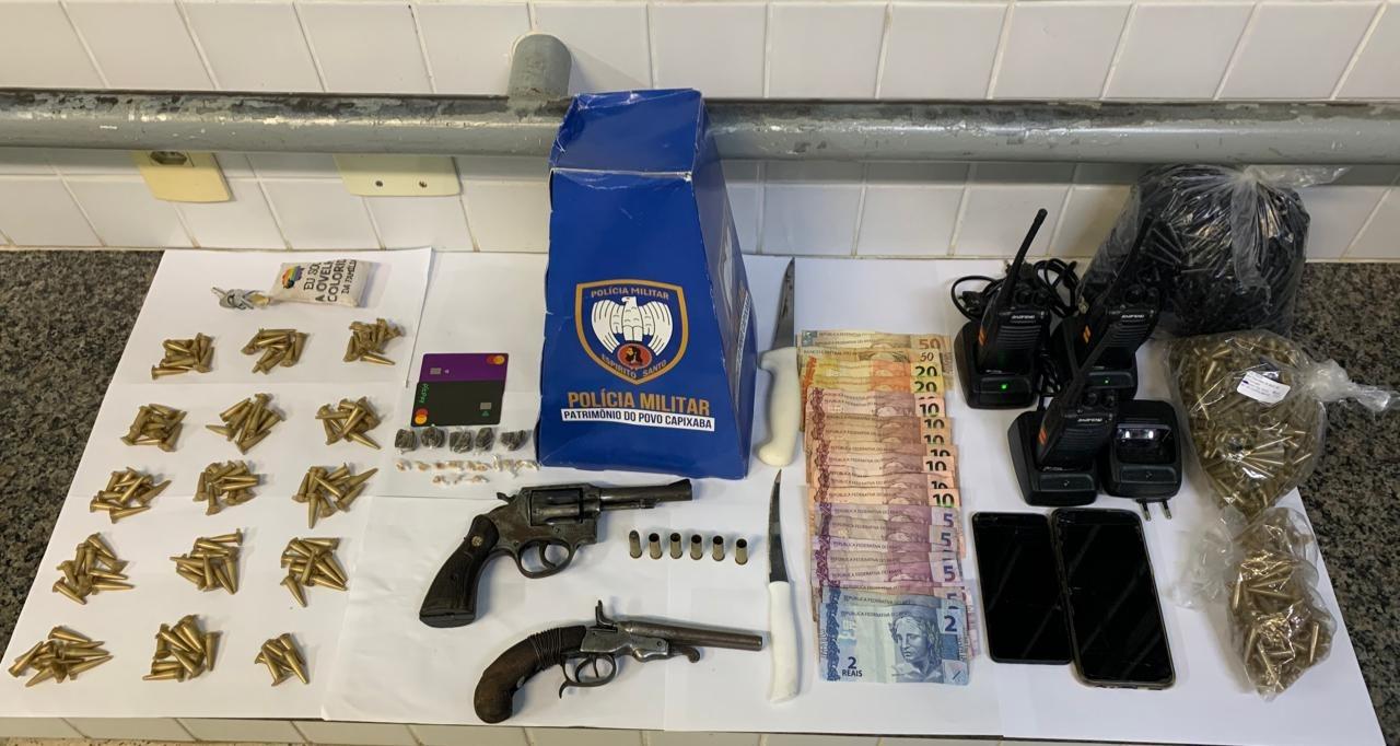 PM apreendeu armas, munição, dinheiro, drogas e outros materiais. Crédito: Divulgação/PMES